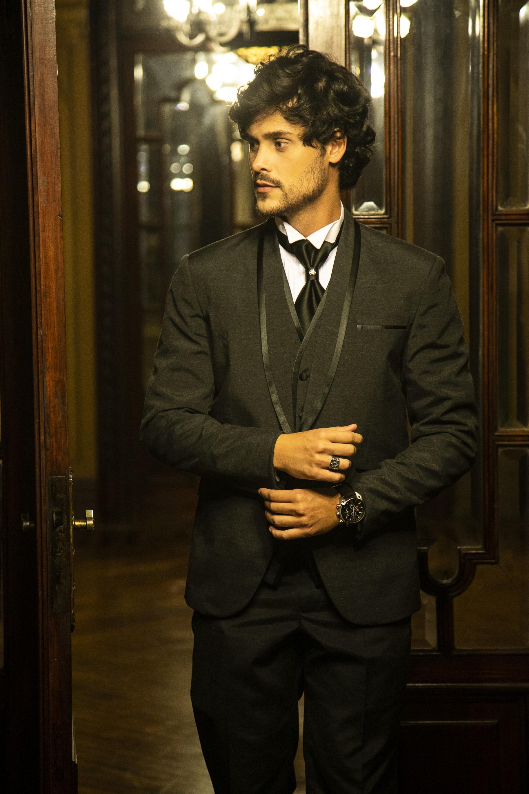 63 - Terno preto slim com colete e gravata noivo