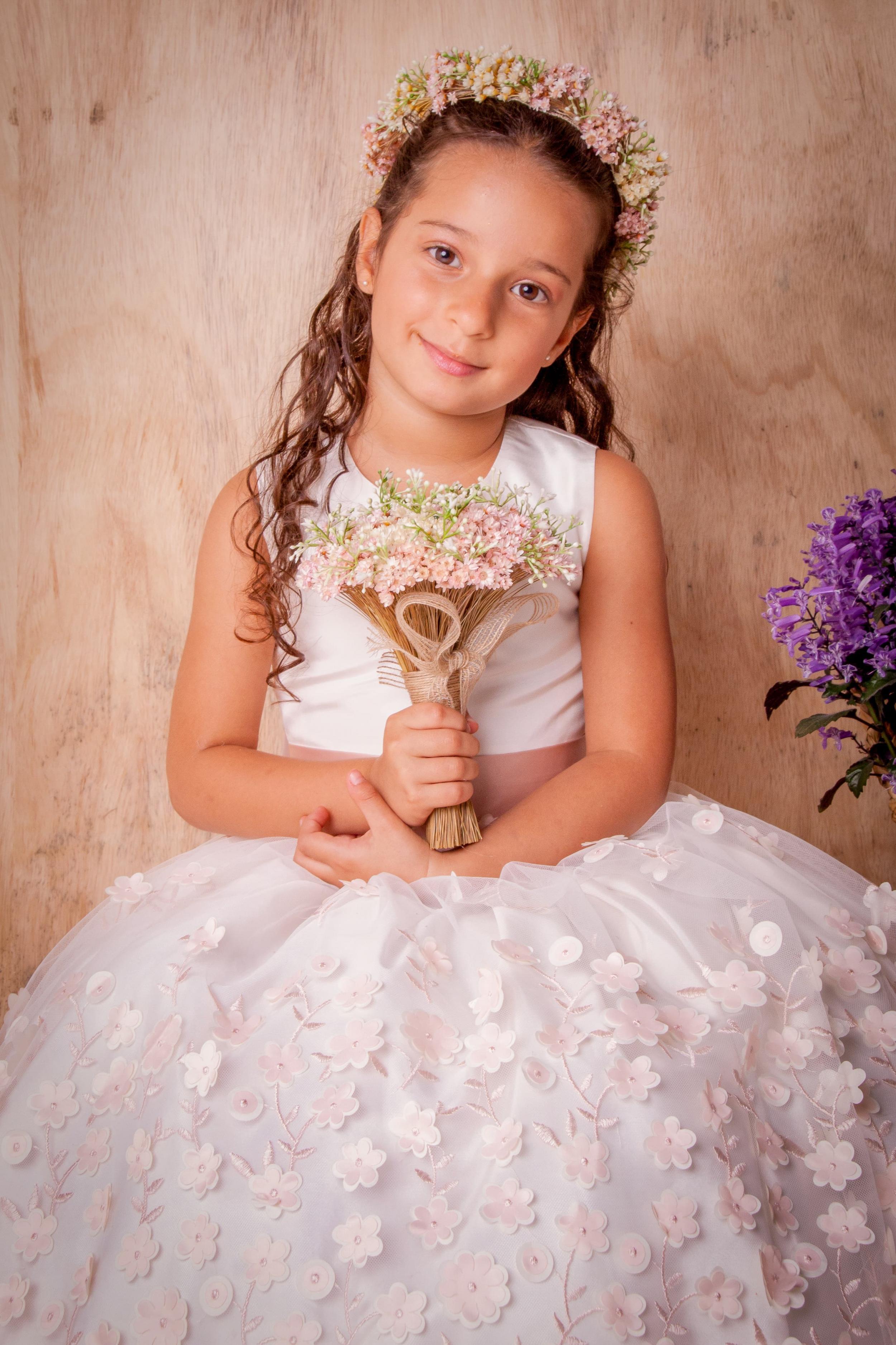 27 - Vestido de daminha feito em renda floral