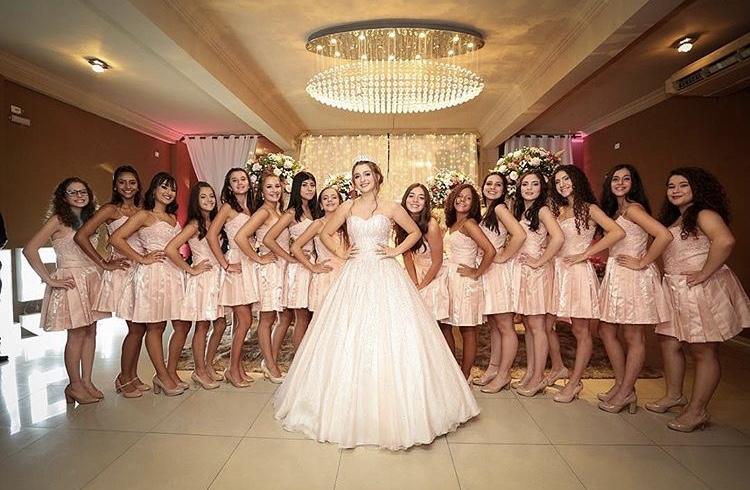 39 - Debutante com vestido de valsa nude e 15 damas de rosê