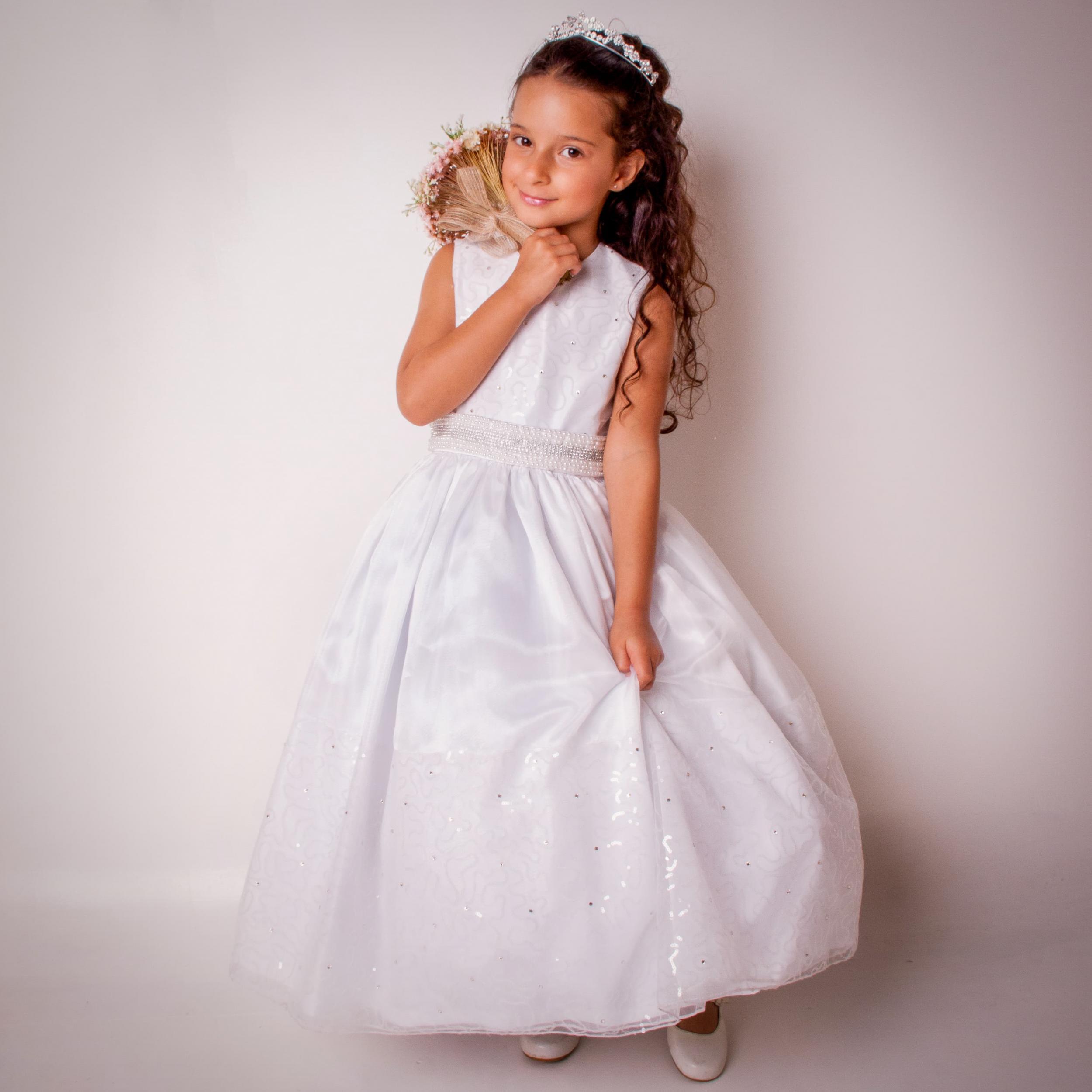 34 - Vestido de daminha com mini paetês e cinto bordado em pedraria