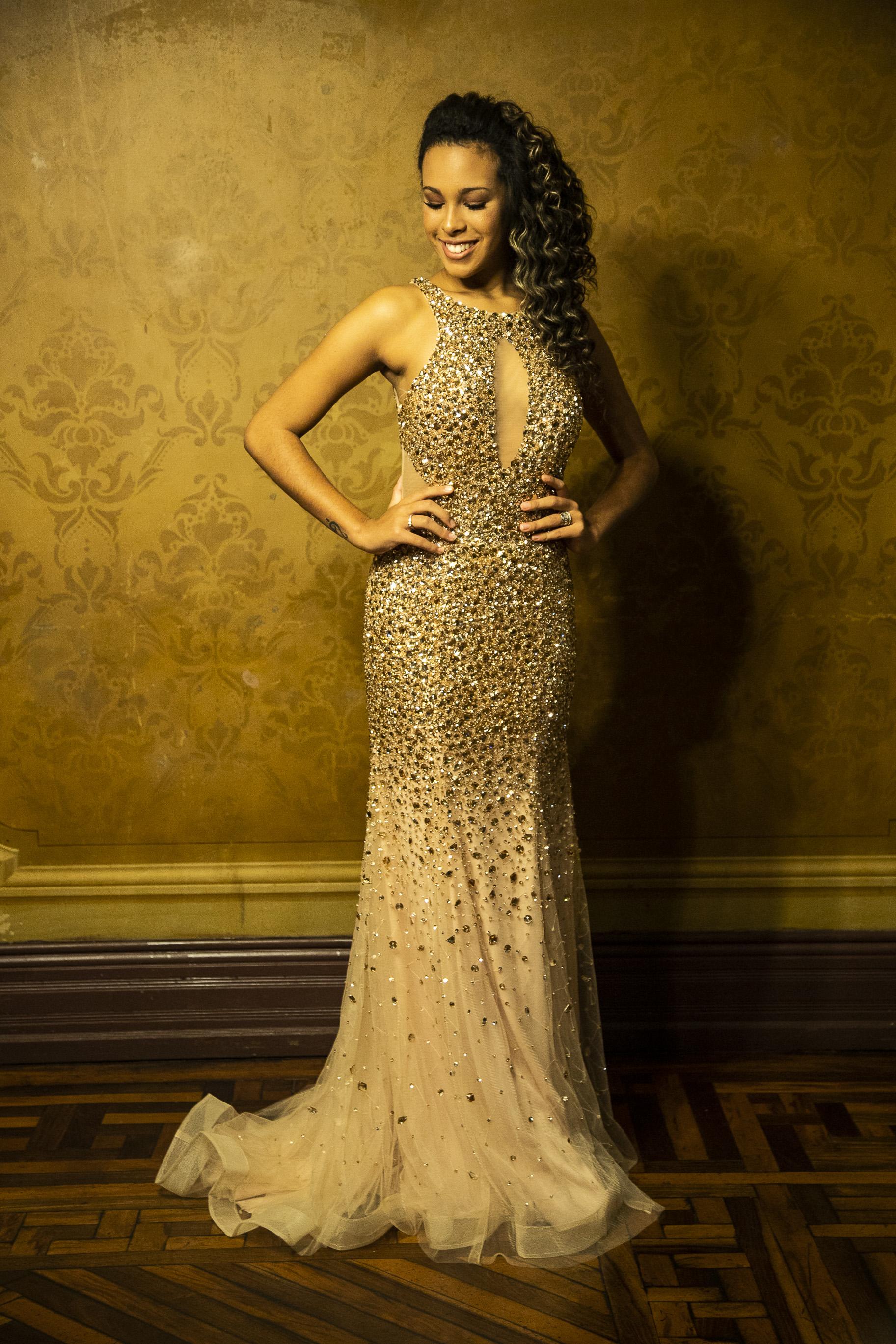 64 - Vestido sereia de tule dourado com pedrarias