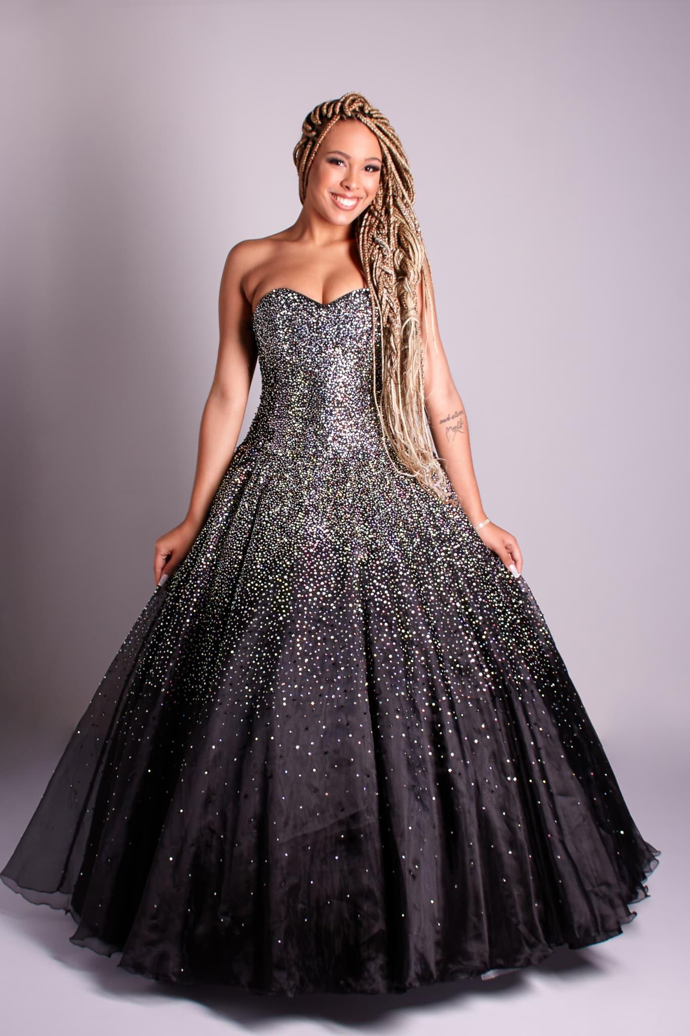 157 - Vestido de valsa preto bordado à mão em cristais