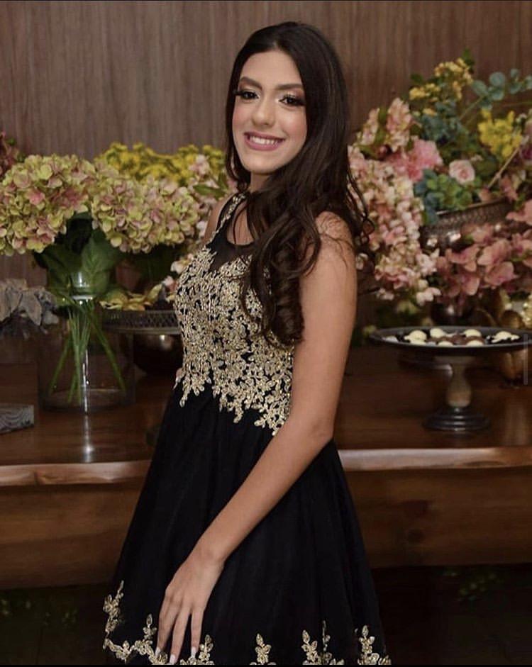 100 - vestido preto com aplicação de renda dourada e saia de tule