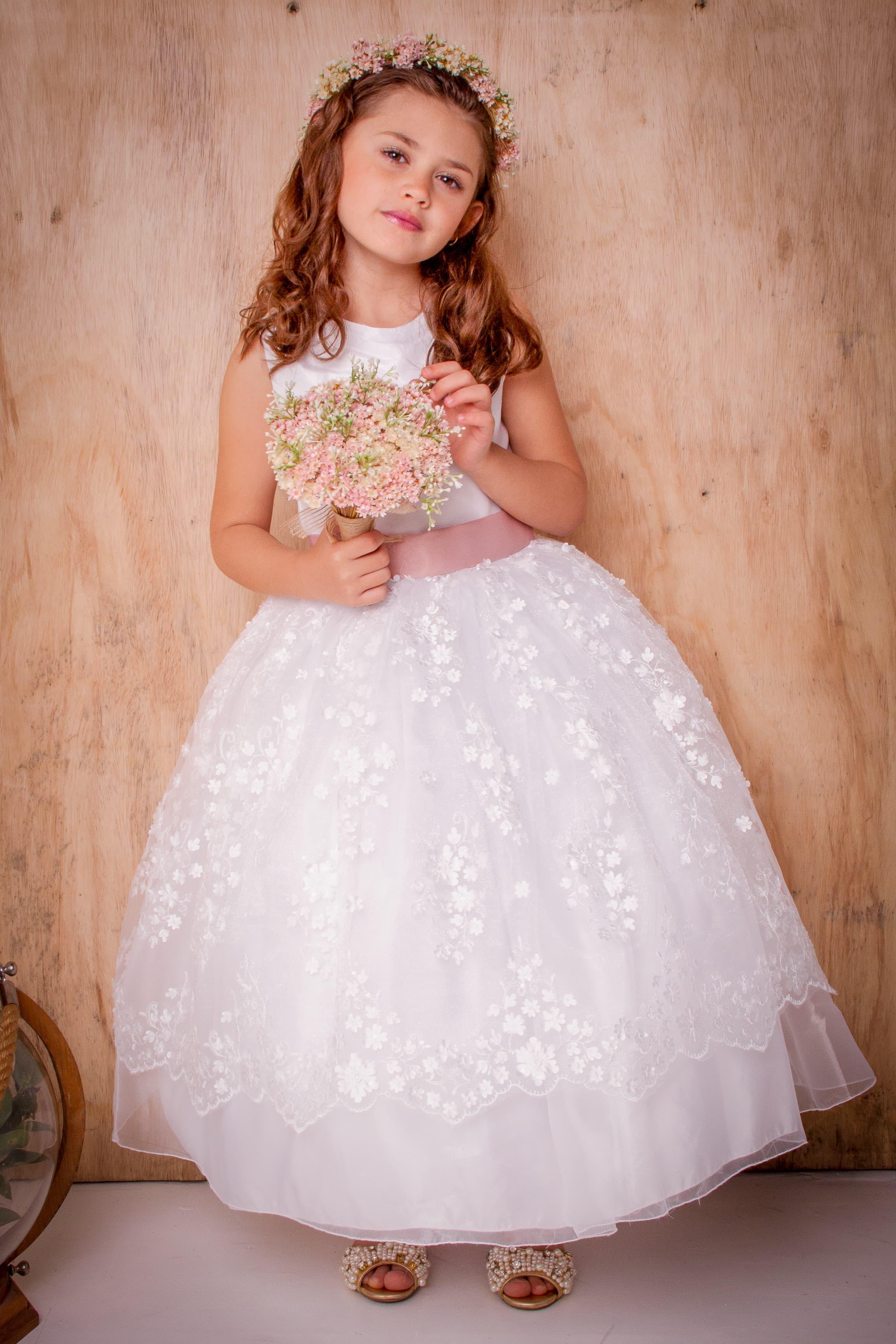 24 - Vestido de daminha branco com saia de renda floral