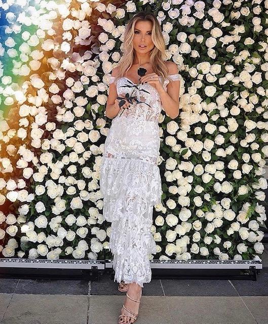 162 - Vestido de renda branco com transparência e saia em camadas