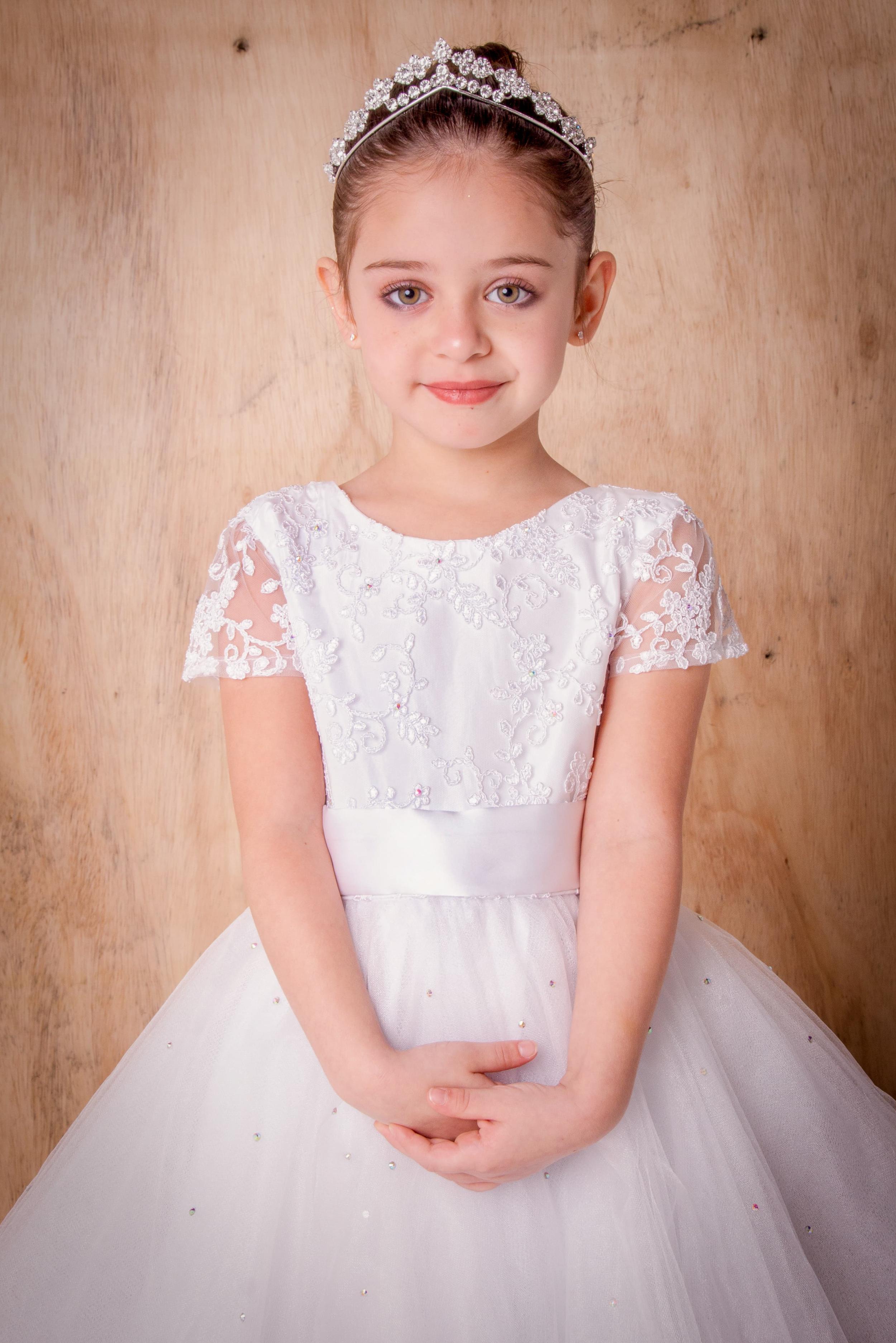 26 - Vestido de daminha branco com cristaizinhos na saia de tule