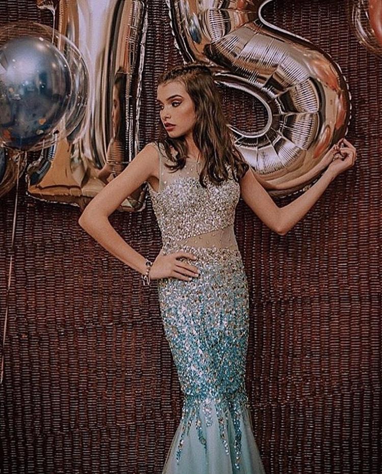 100 - Vestido sereia  azul tiffany de tule bordado em paetê degradê