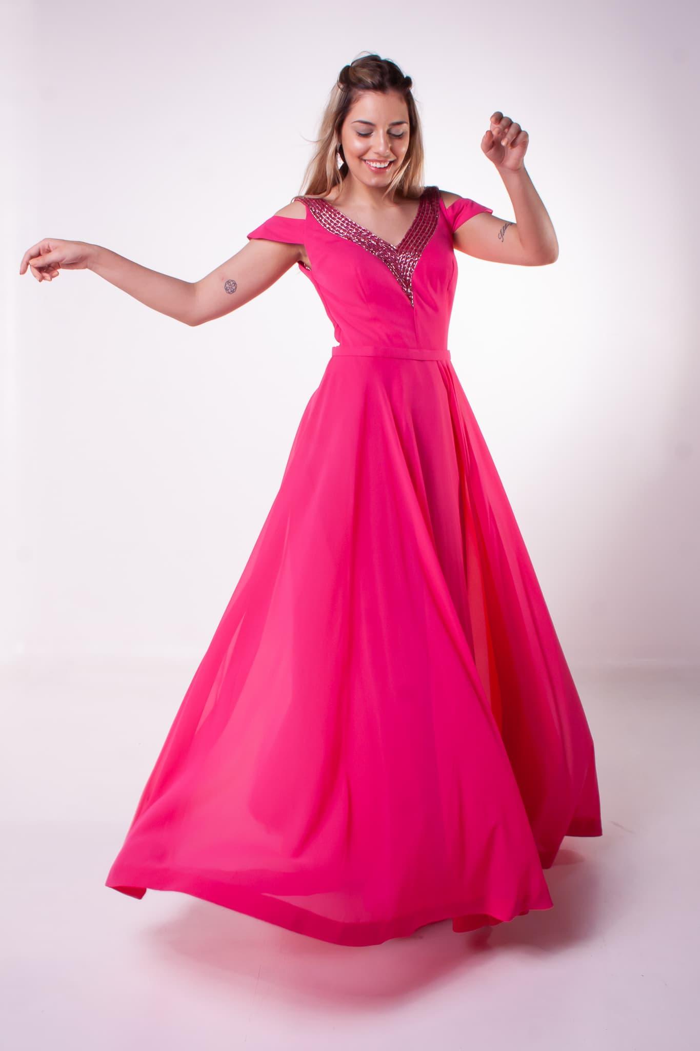 28 - Vestido pink fluido com detalhe no decote e manguinhas