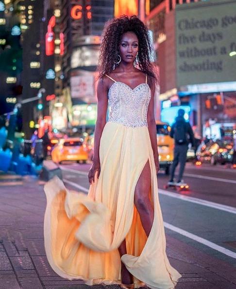 244 - Vestido bordado em pedraria prata saia amarela com fenda