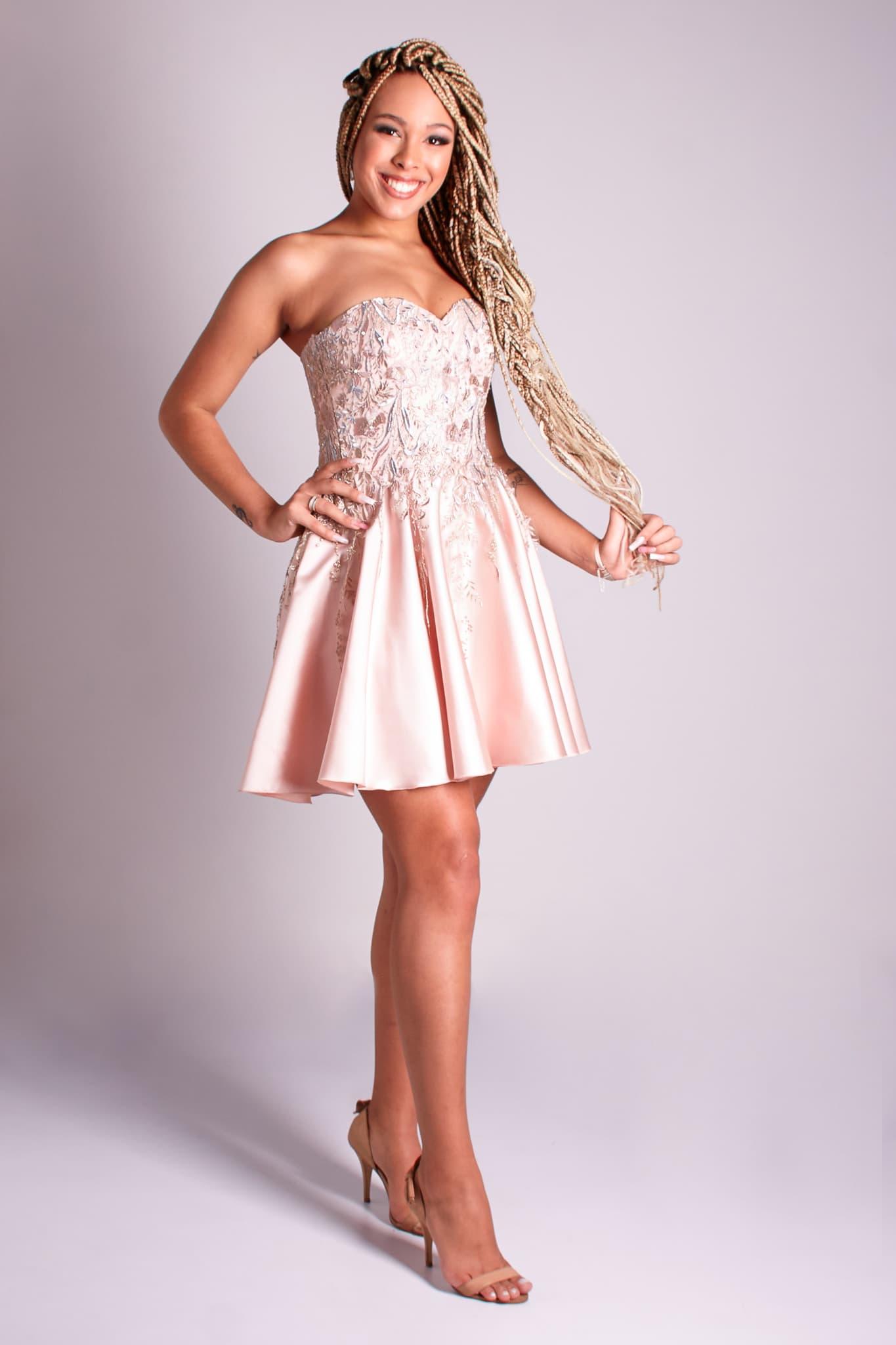 11 - Vestido curto rosê com aplicações de rendas florais para as 15 damas