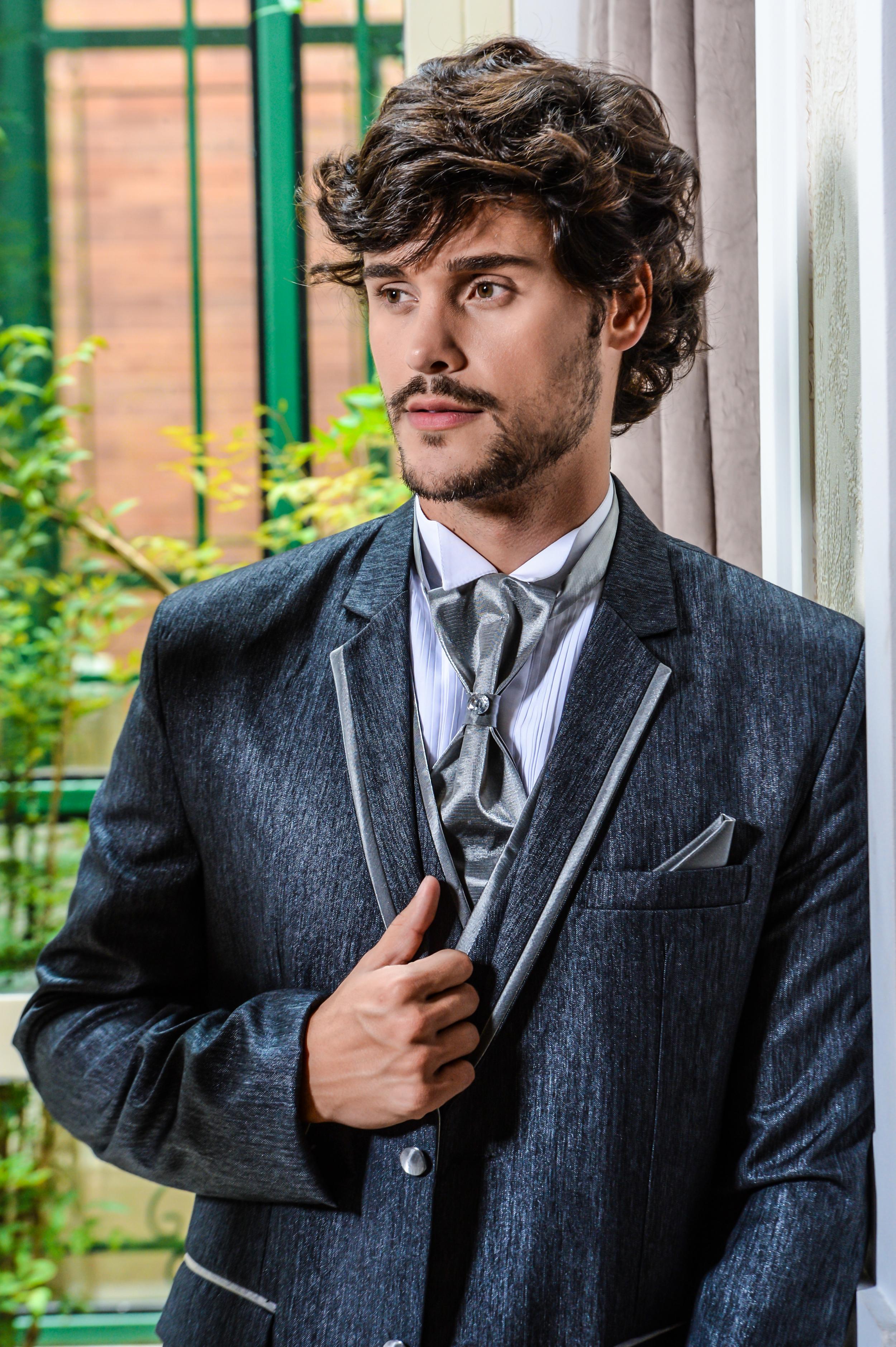 55 - Terno cinza com colete e gravata noivo