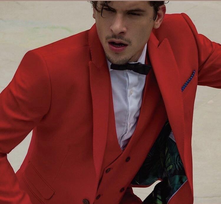 28 - Terno slim vermelho com colete e gravata borboleta