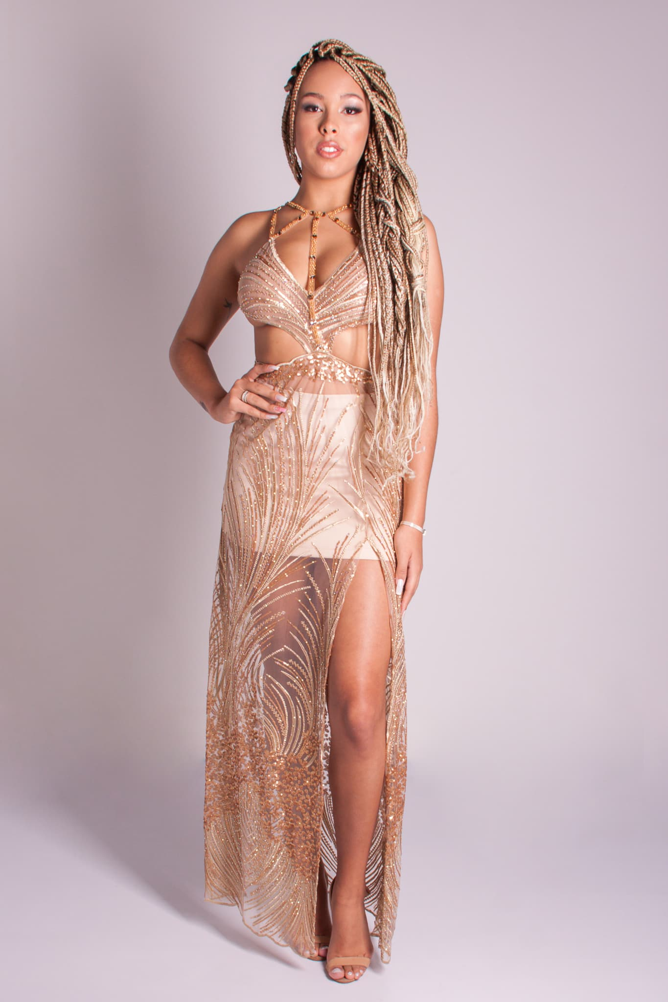 13 - Vestido de renda dourada com fitas e recortes