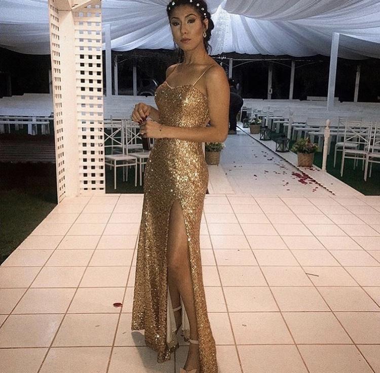 63 - Vestido de paetê dourado com fenda