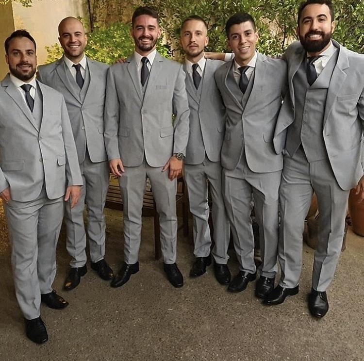 50 - Padrinhos de terno cinza claro slim e gravata social