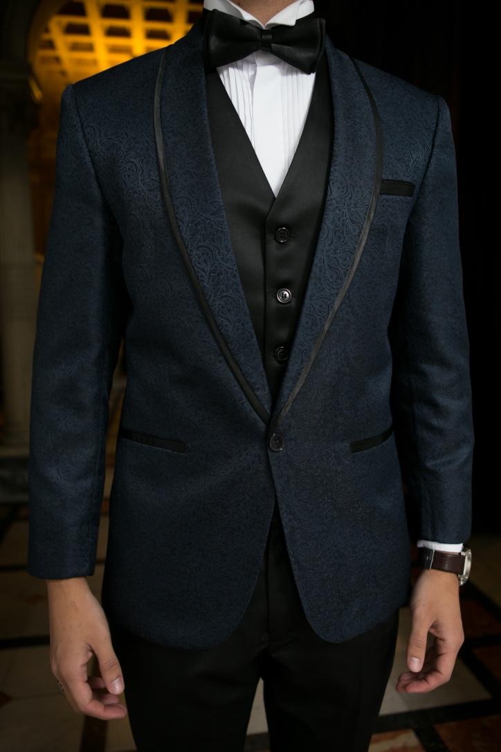 41 - Terno azul marinho com colete preto e gravata borboleta