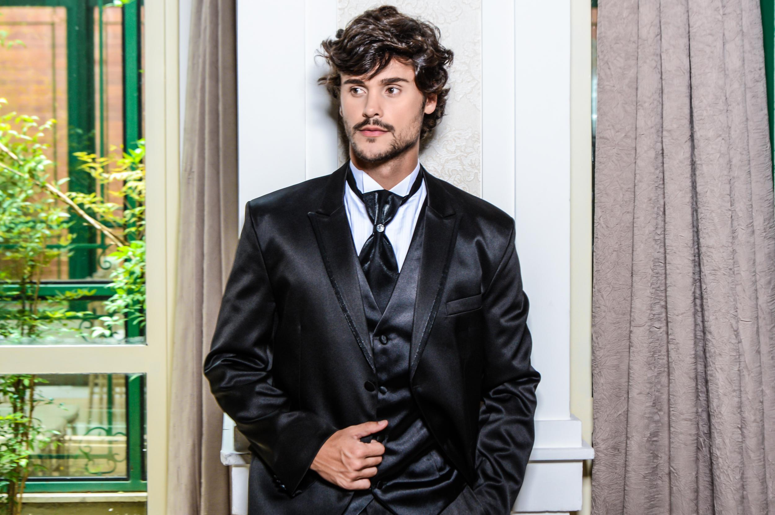 67 - Terno preto acetinado com colete e gravata noivo