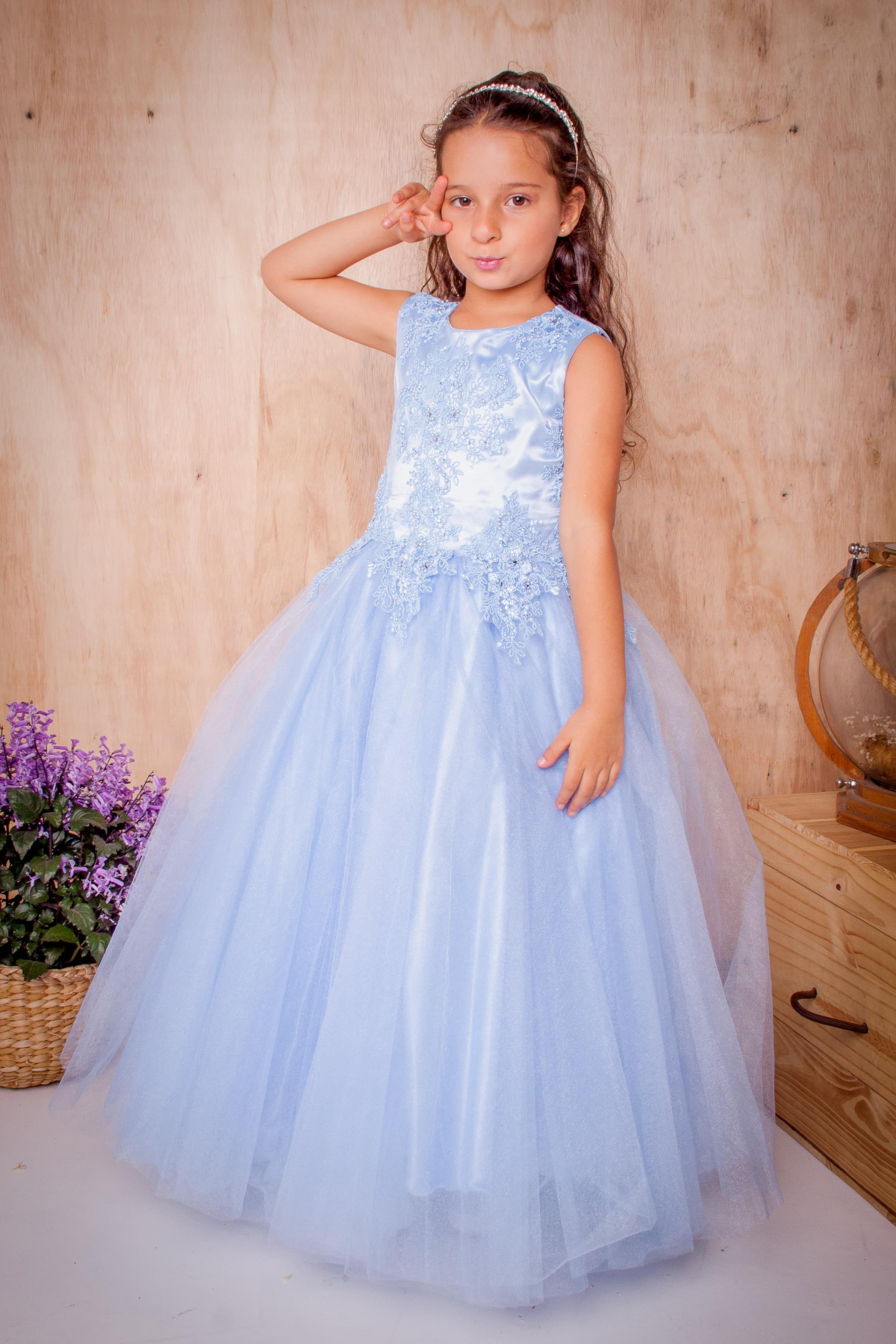 5 - Vestido de daminha feito em renda azul serenity