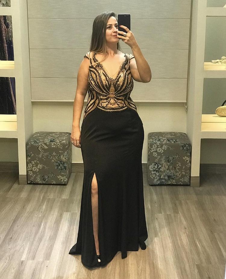 81 - Vestido preto com dourado e fenda