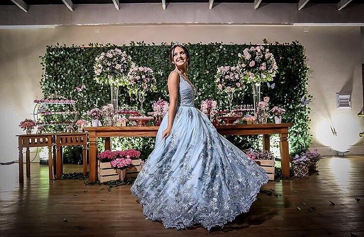 99 - Vestido de valsa azul serenity com renda de flores e cristais Swarovski