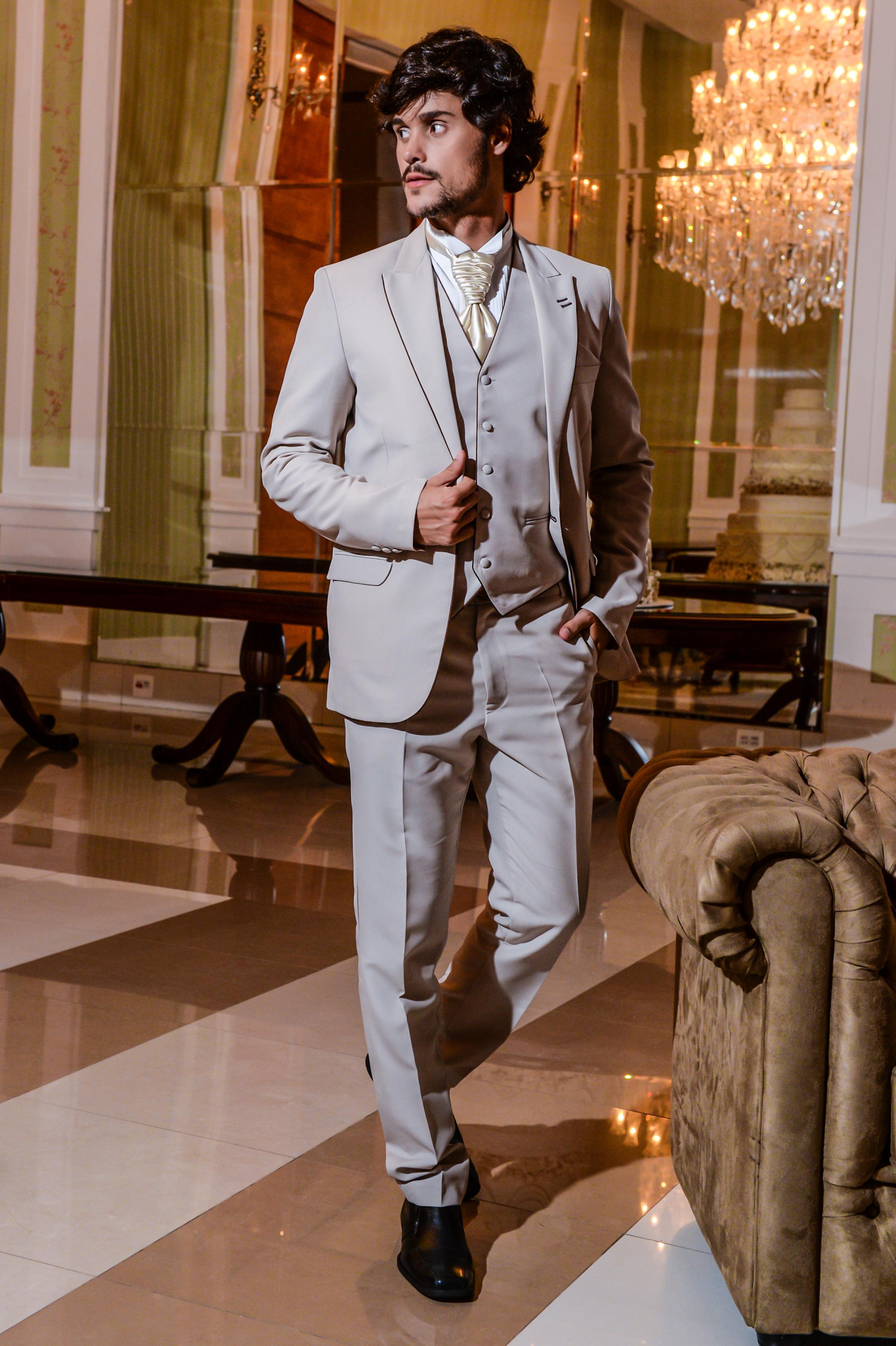 52 - Terno bege slim com colete e camisa branca