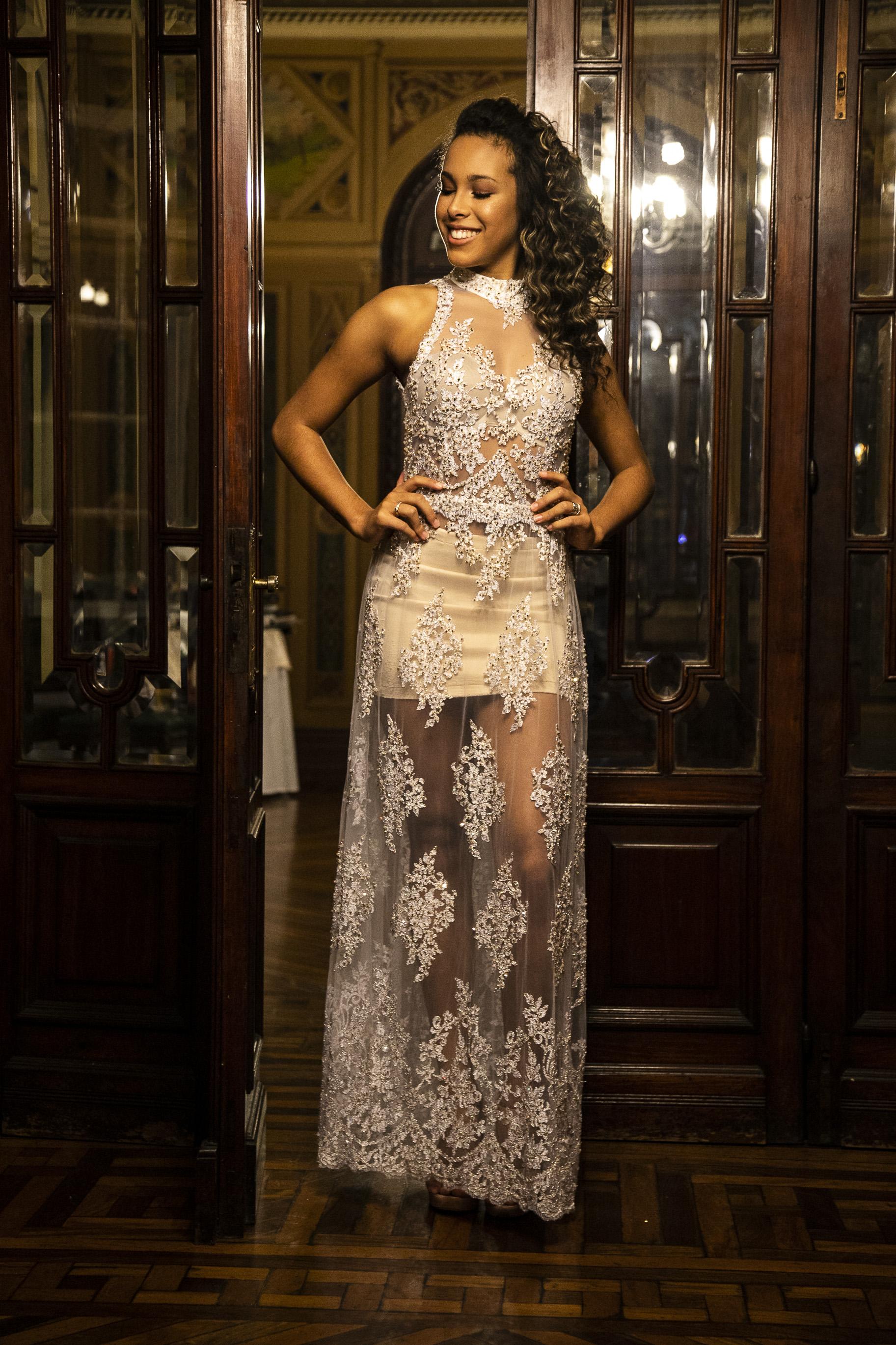 65 - Vestido de renda off-white com cristais e transparência
