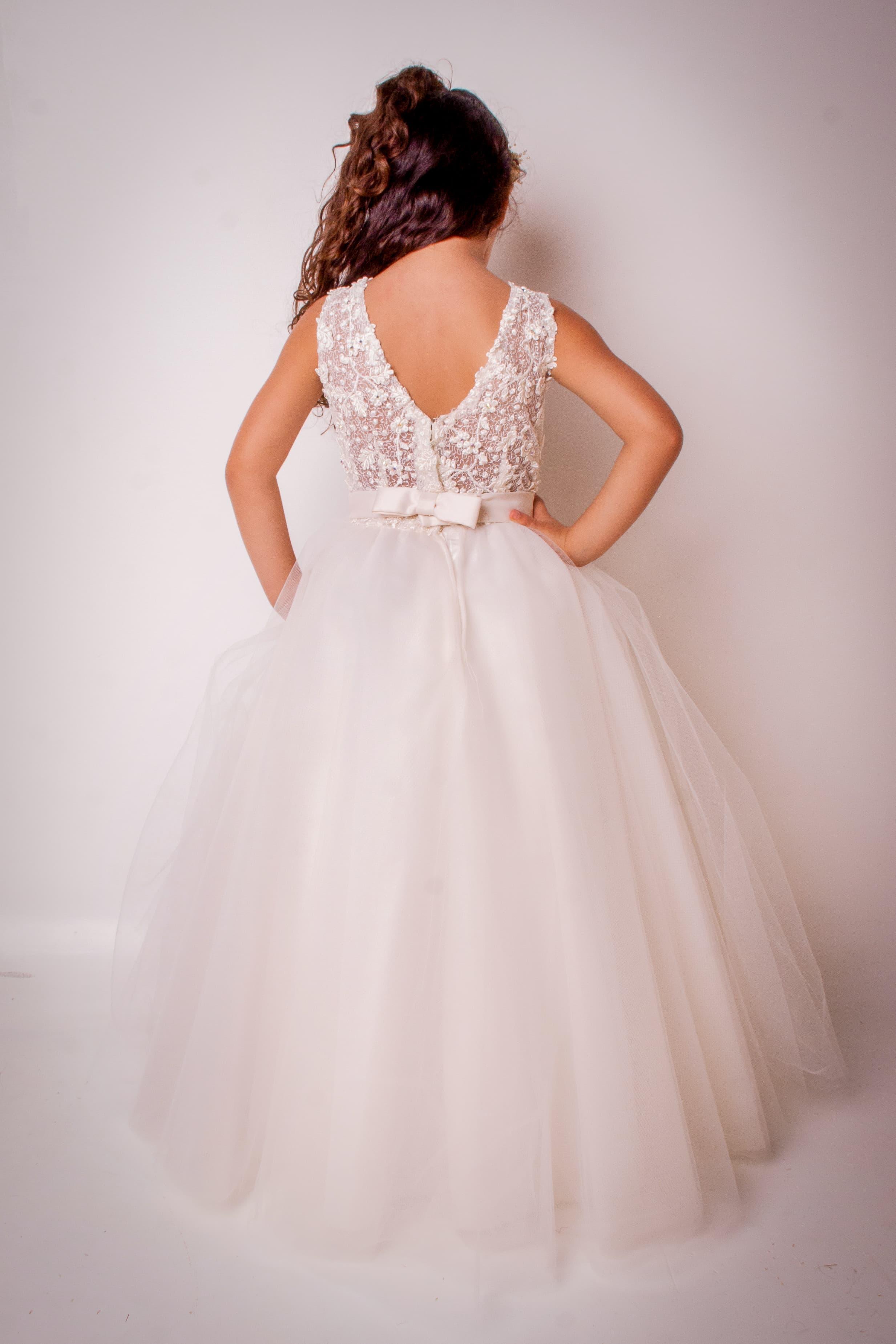 11 - Vestido de daminha em renda offwhite com saia de tule e cristais
