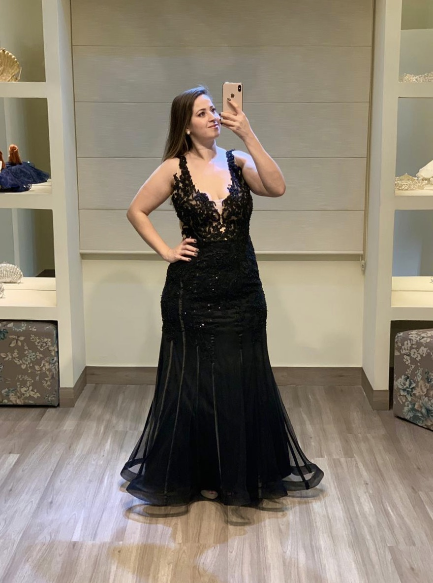 84 - Vestido de tule preto bordado com decote