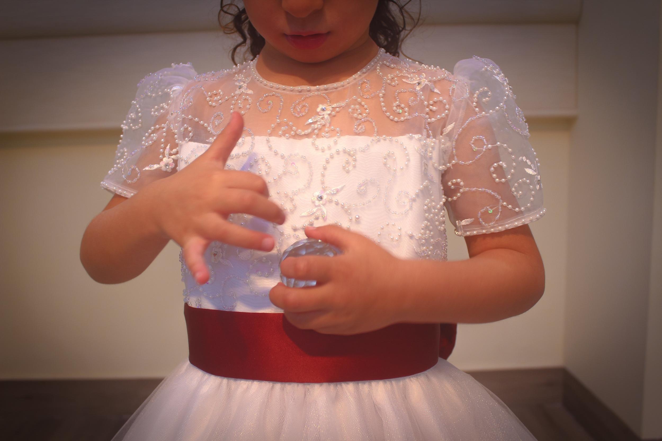 21 - Vestido daminha de renda branca bordada e saia de tule