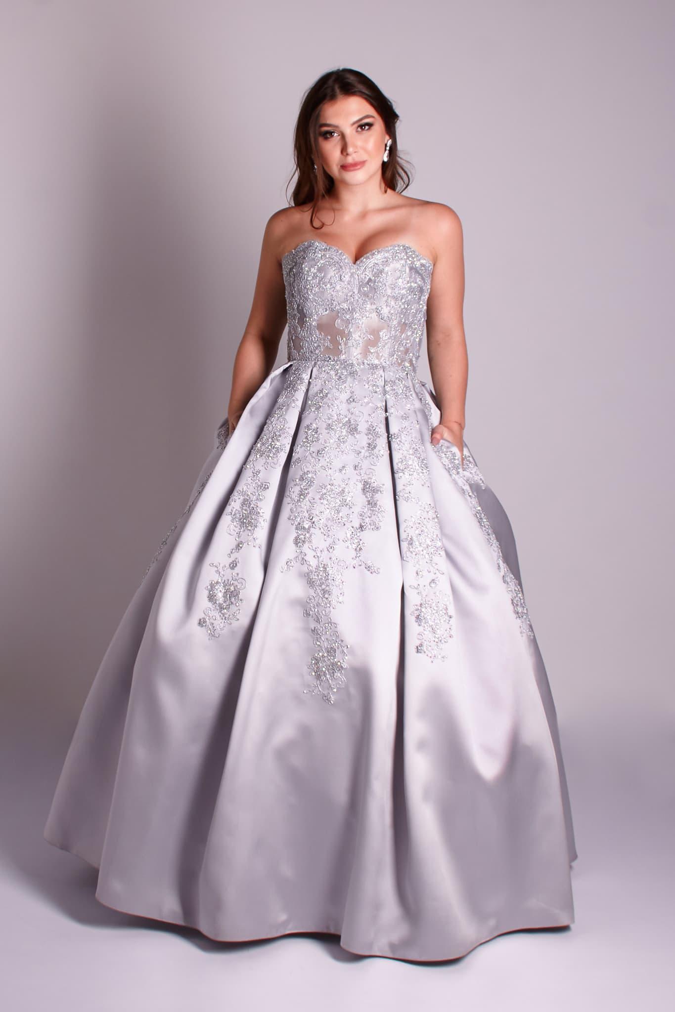 15 - Vestido de valsa feito em renda prata com bolso