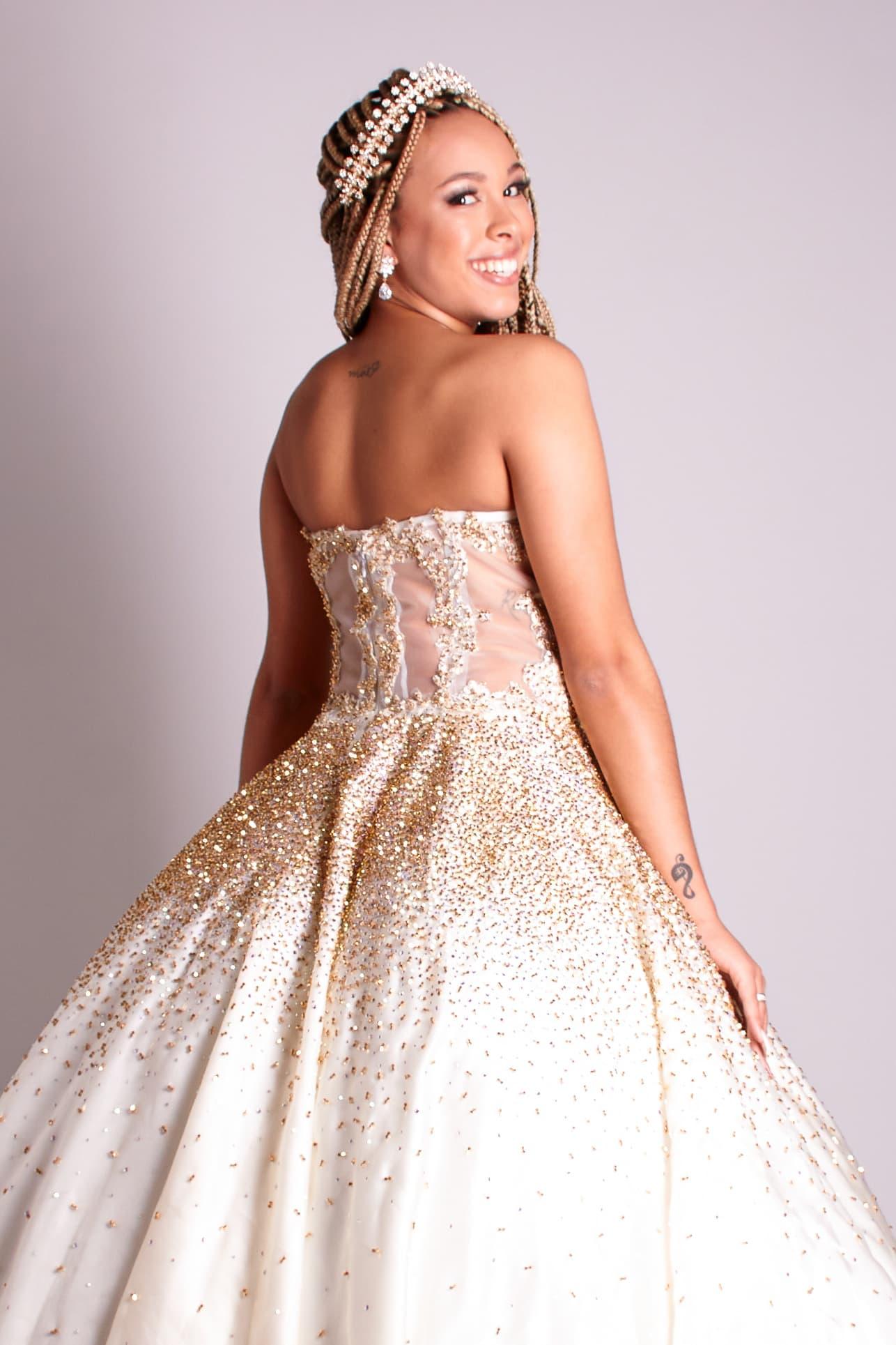 6 - Vestido de valsa offwhite bordado à mão em cristais dourados