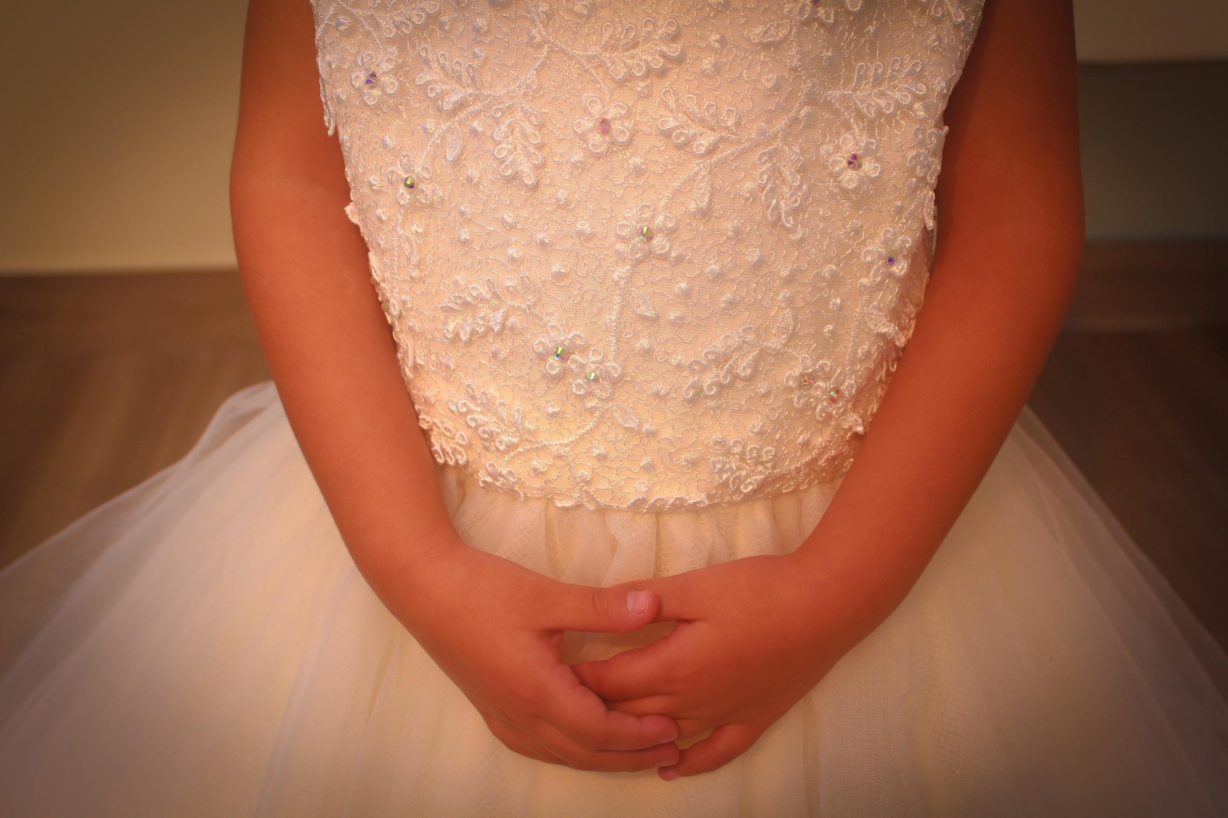 16 - Vestido de daminha de renda offwhite com cristais e saia de tule