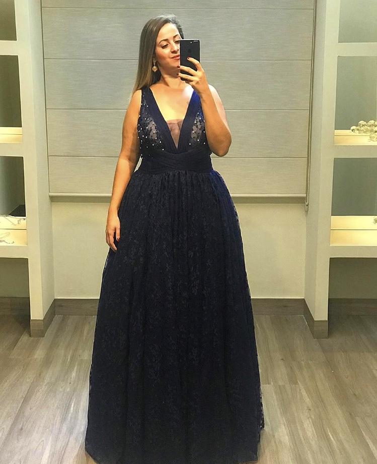 70 - Vestido azul marinho de renda com decote V e saia godê