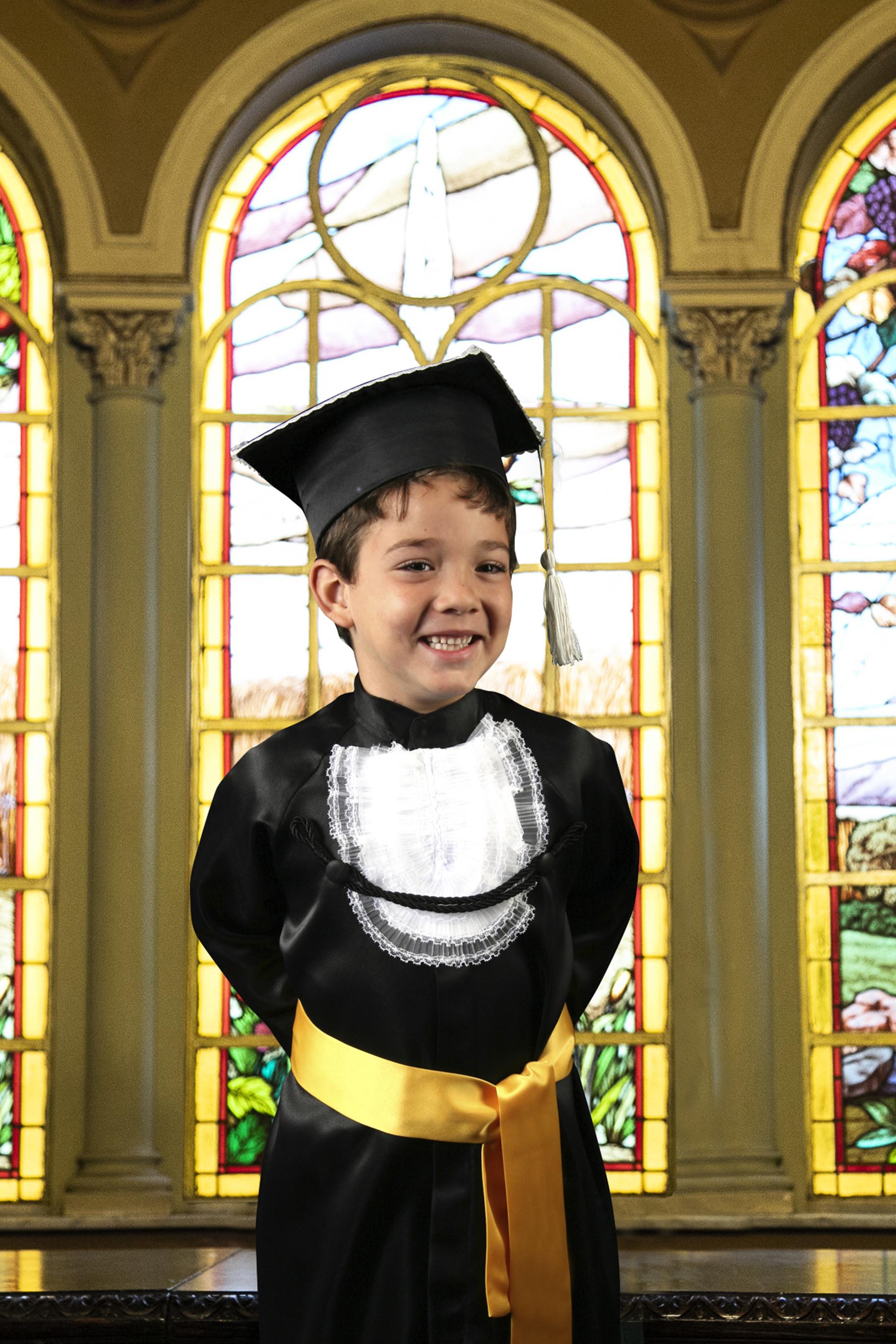 9 - beca infantil preta com faixa colorida e capelo