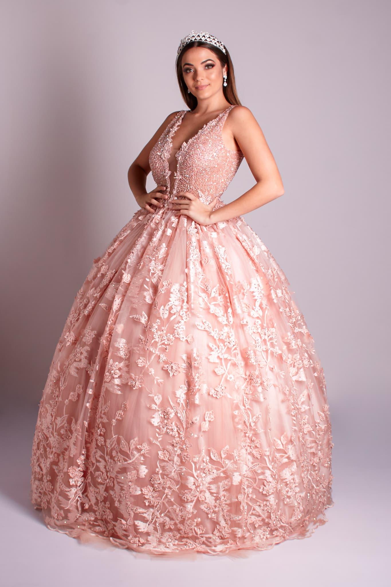 3 - Vestido de valsa rosê feito em renda floral com cristais