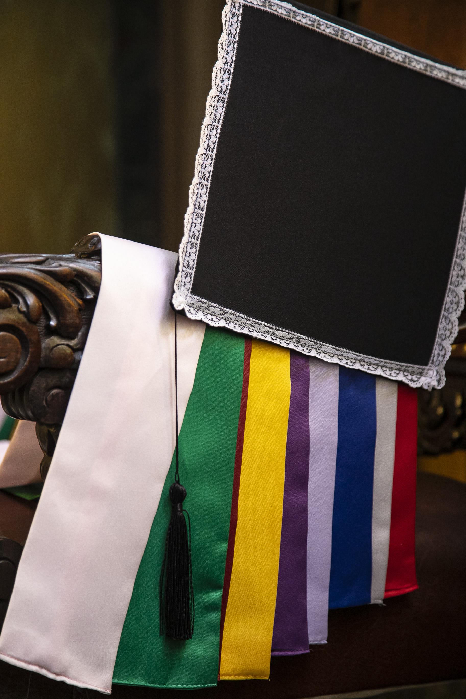 9 - beca tradicional com capelo, faixa, cordão e jabô
