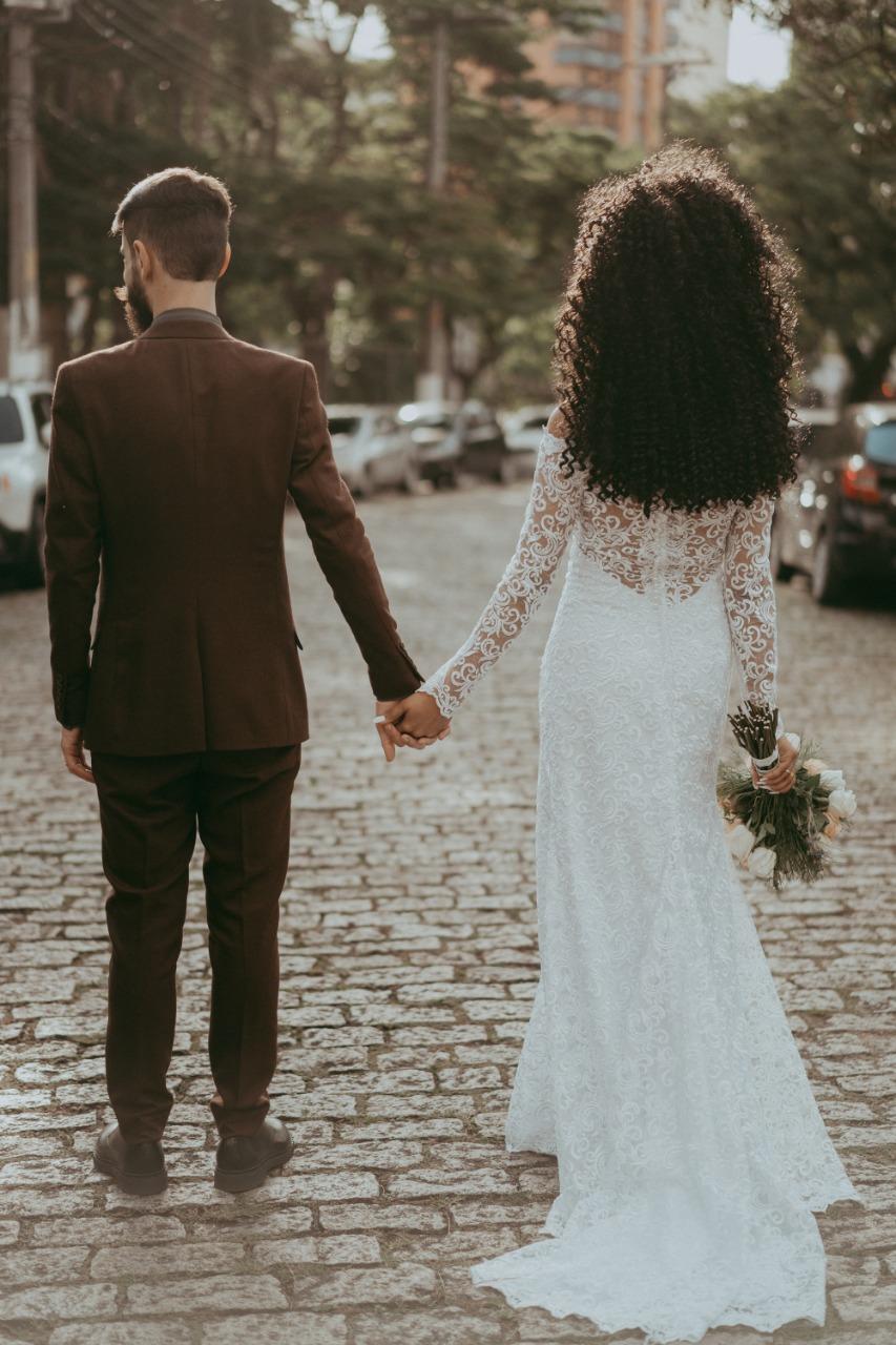 10 - Vestido de noiva estilo boho com transparência e cauda