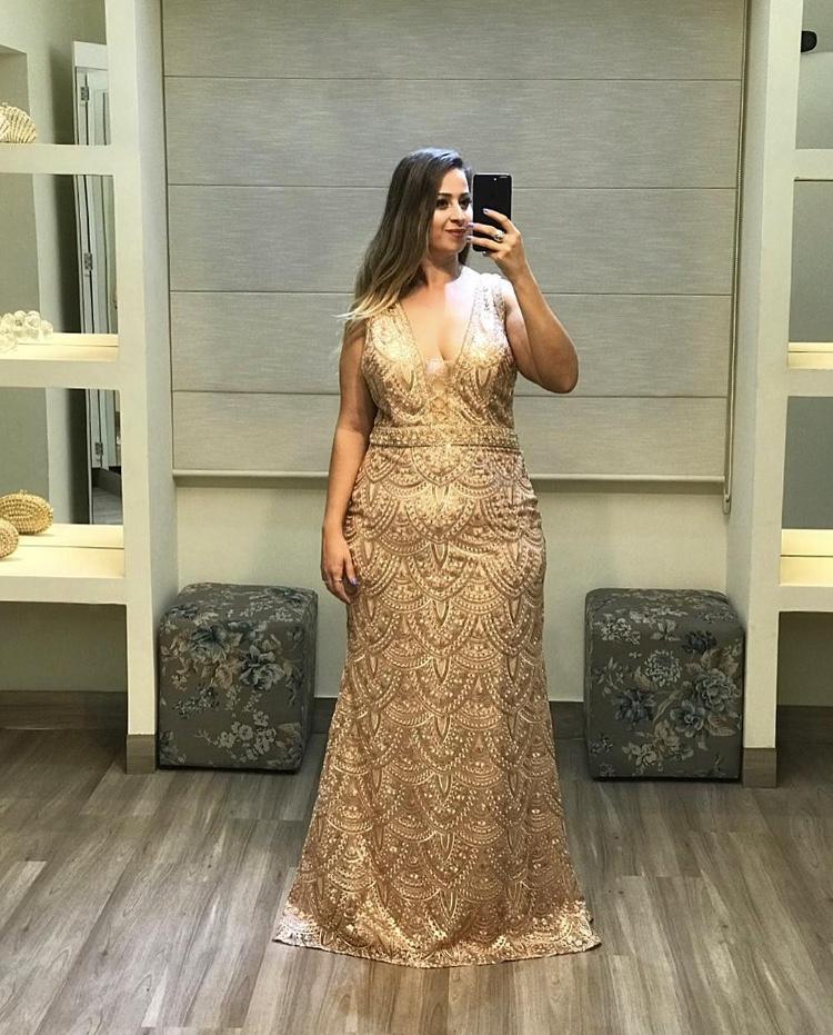 45 - Vestido dourado de renda e pedraria com decote V