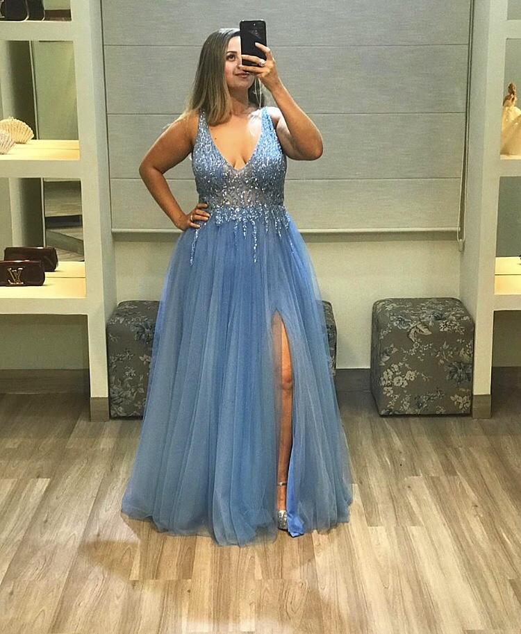 56 - Vestido de tule azul serenity bordado com fenda e decote V