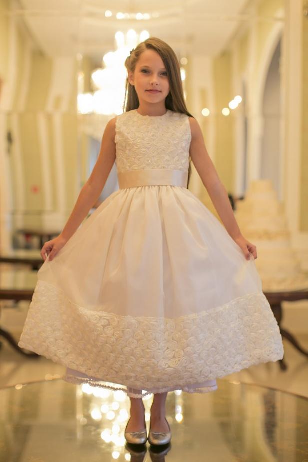 31 - Vestido de daminha branco com florzinhas e cristais