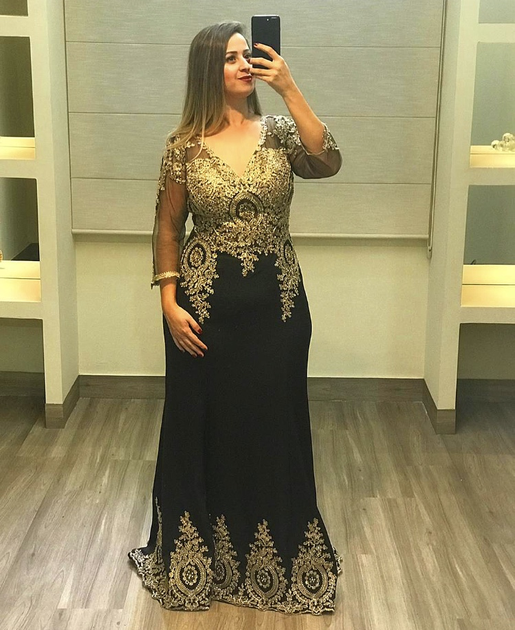 80 - Vestido preto com renda dourada e manga comprida