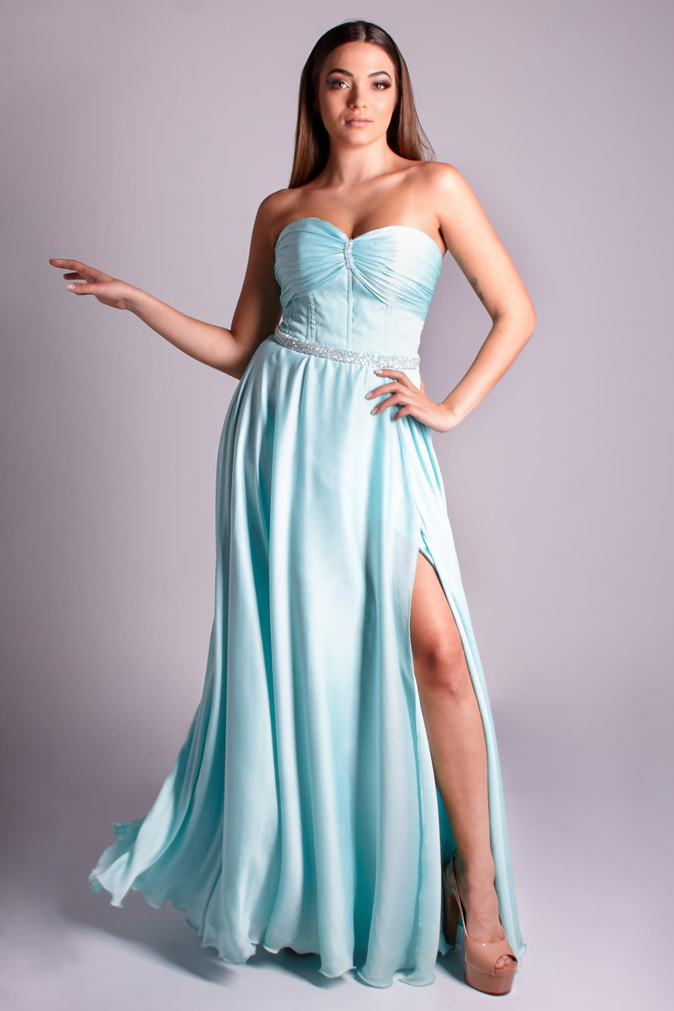 14 - vestido tiffany com busto plissado, fenda e cintinho bordado