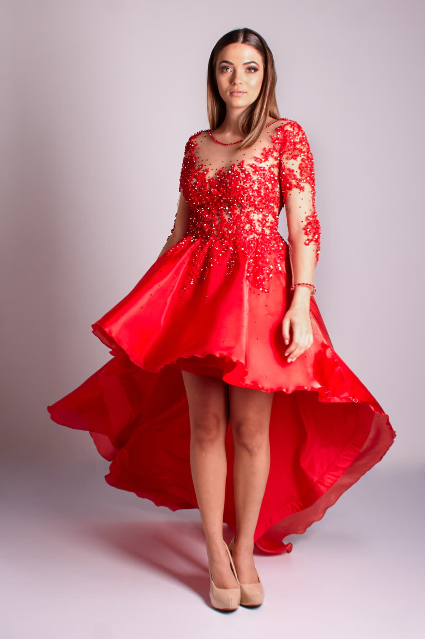 87 - Vestido vermelho de renda com cristais, manga longa e saia mullet