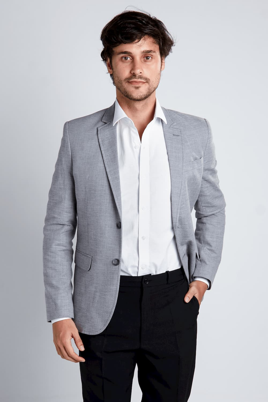 19 - Paletó cinza e camisa branca