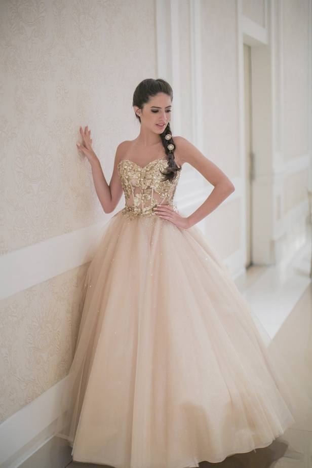 28 - Vestido nude de valsa bordado em dourado com saia de tule