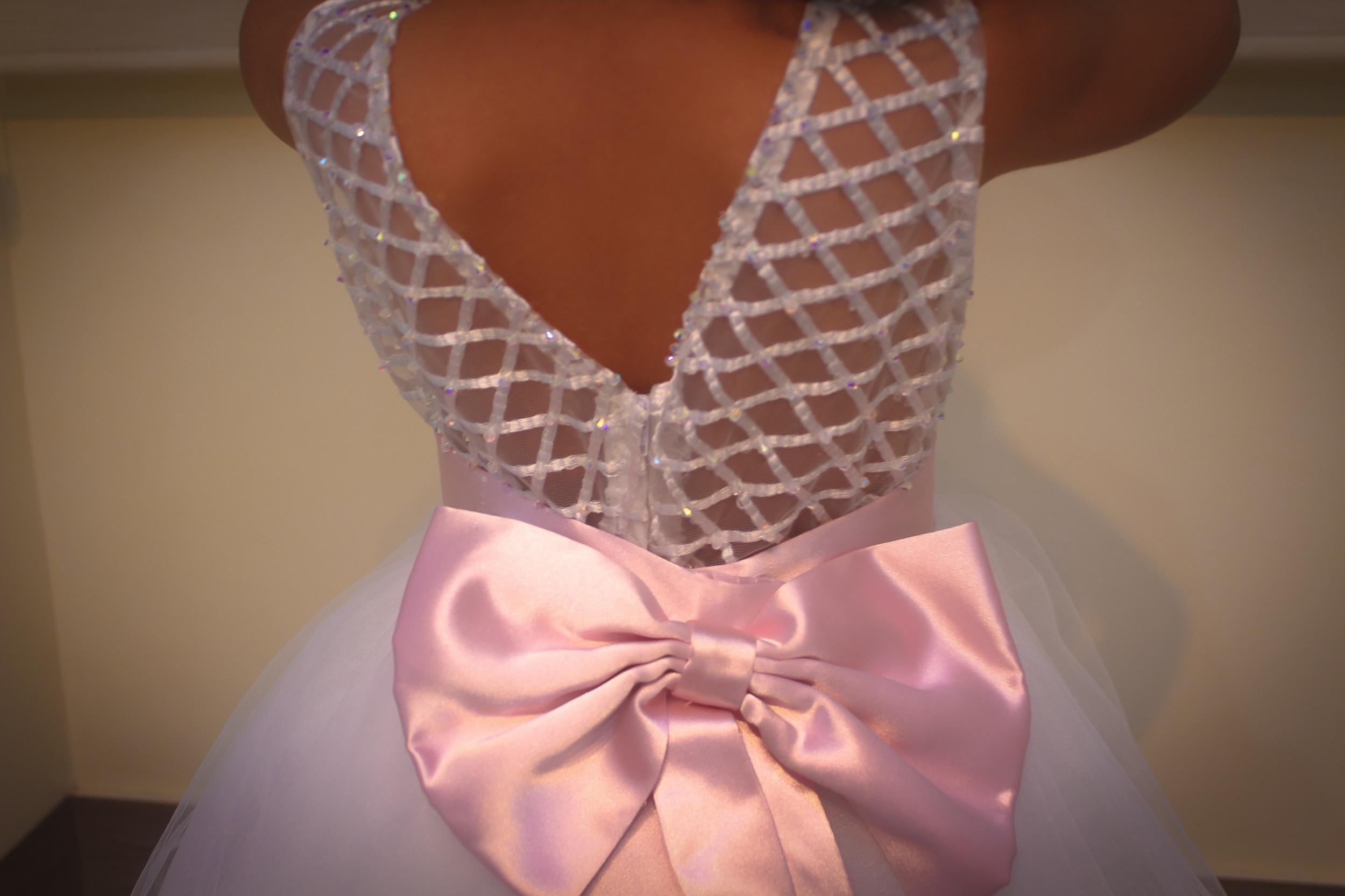 6 - Vestido de daminha com decote V nas costas