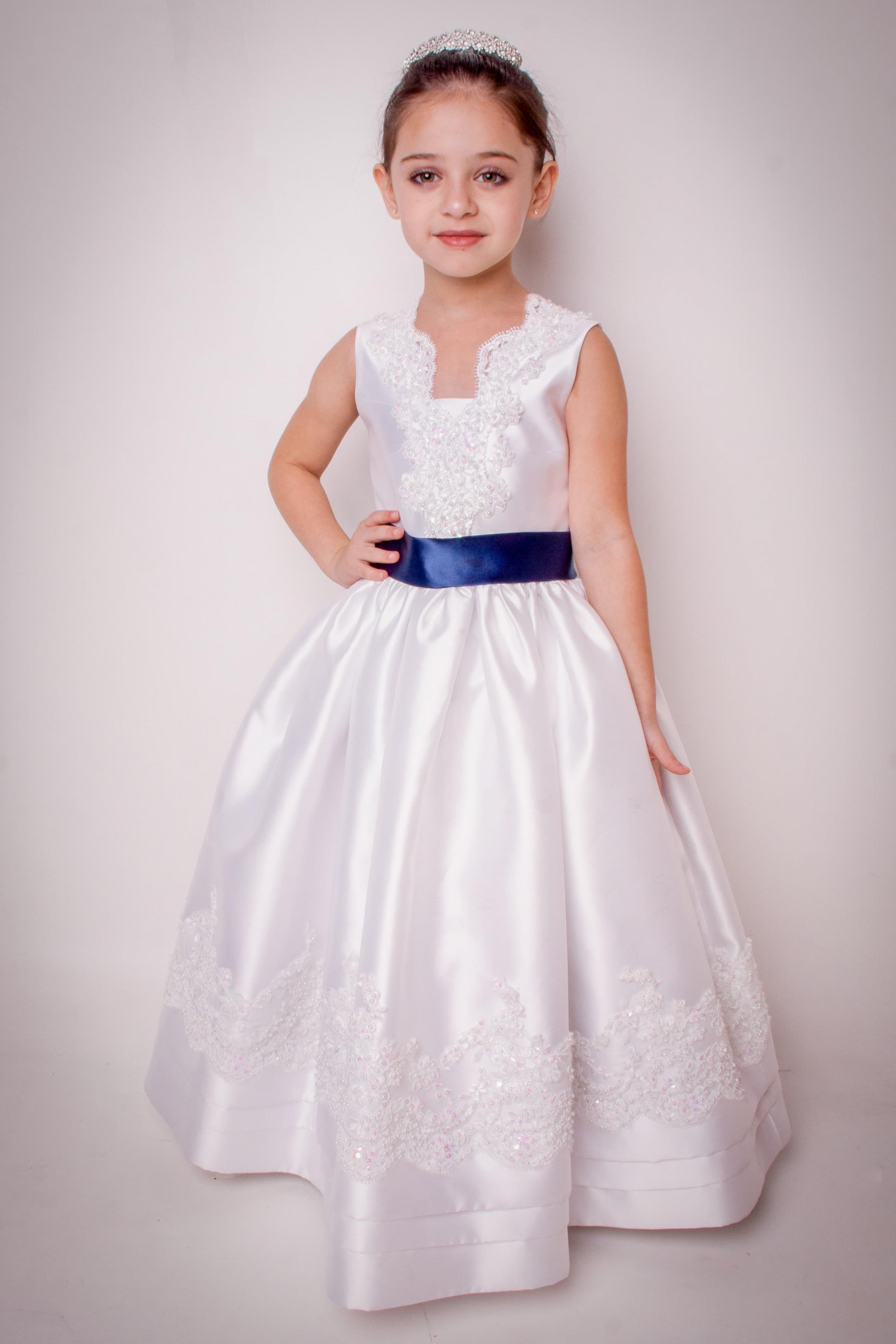32 - Vestido de daminha branco com aplicações de renda e cristais