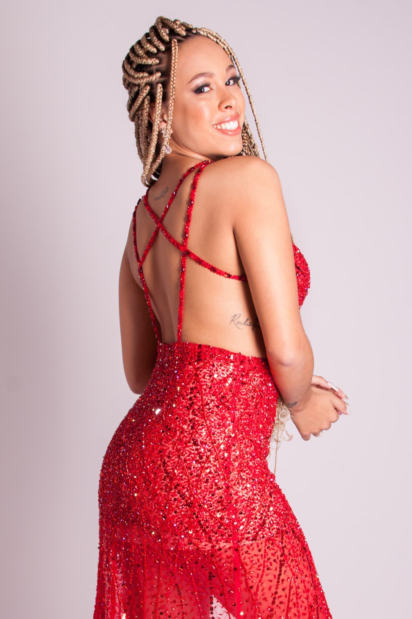 90 - Vestido vermelho com fitas e recortes