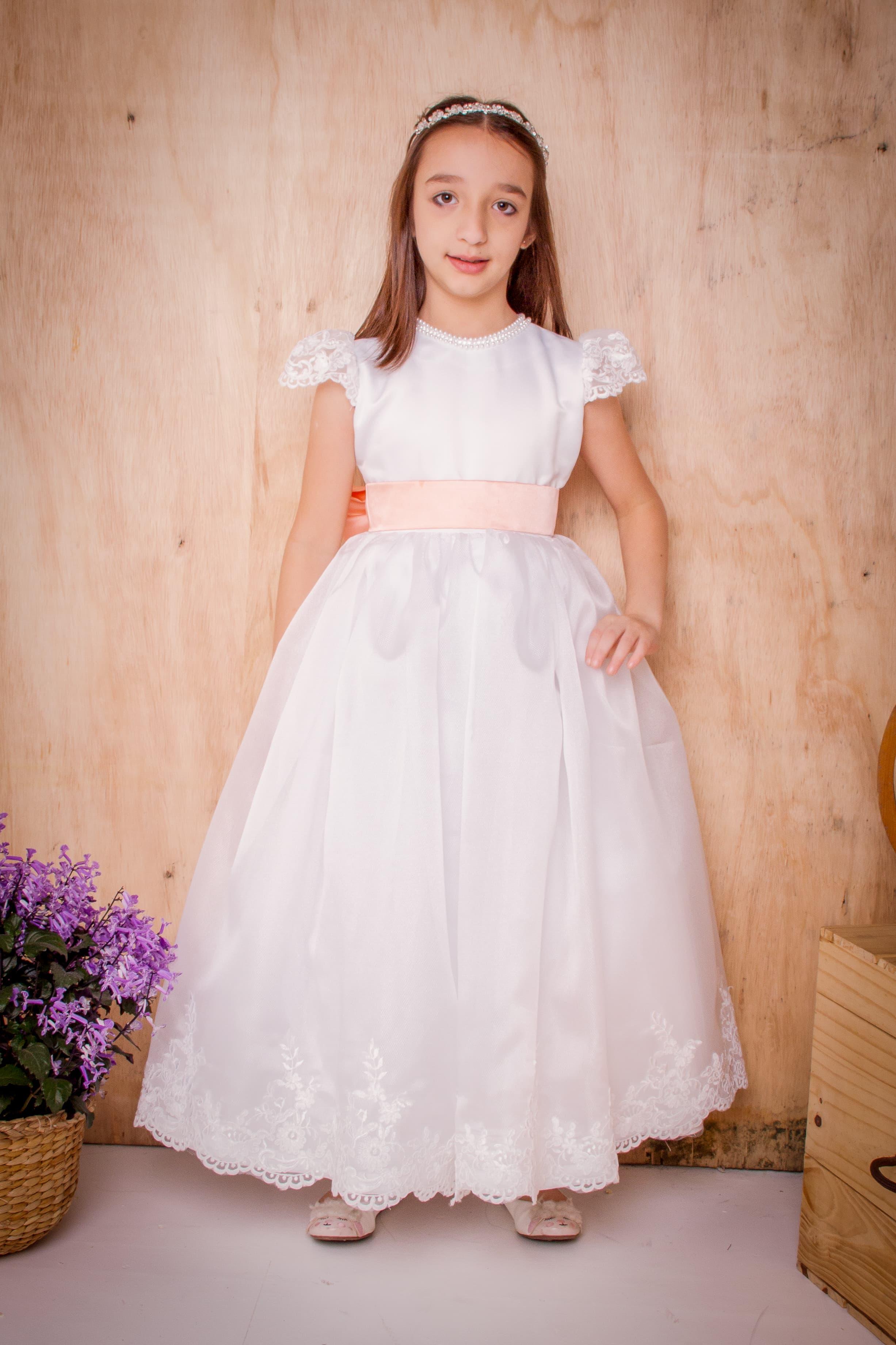 7 - Vestido de daminha branco com manguinha de renda