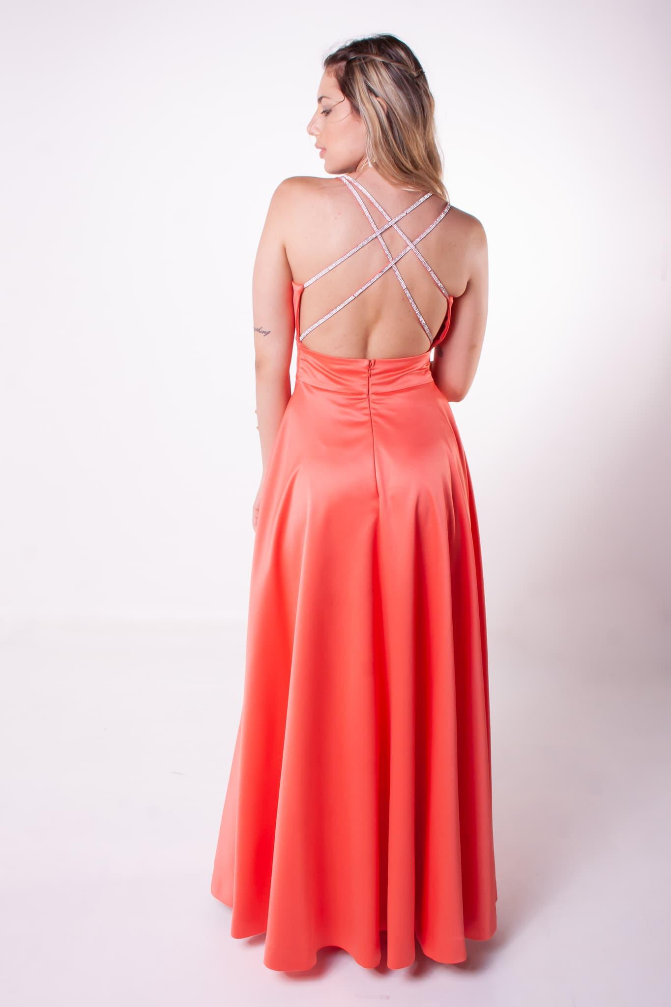 24 - Vestido coral com fenda e detalhe nas costas